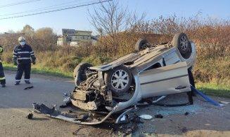Accident pe un drum din Cluj. O mașină s-a dat peste cap și s-a făcut zob